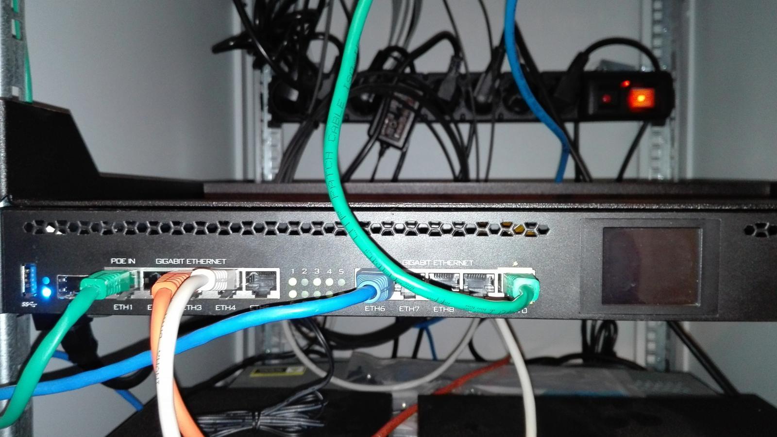 Centrální router RB3011UiAS-RM